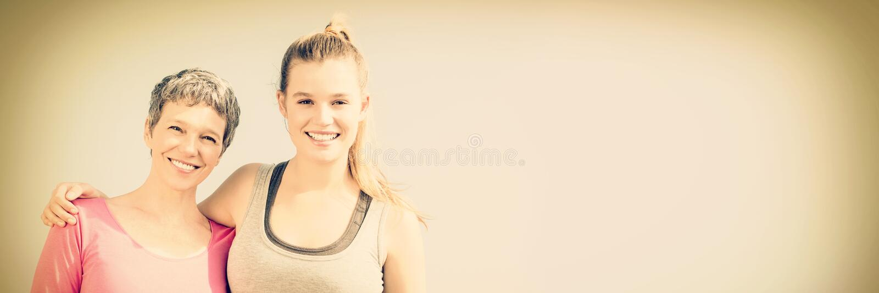 Sorridere sportivo della figlia e della madre fotografia stock libera da diritti
