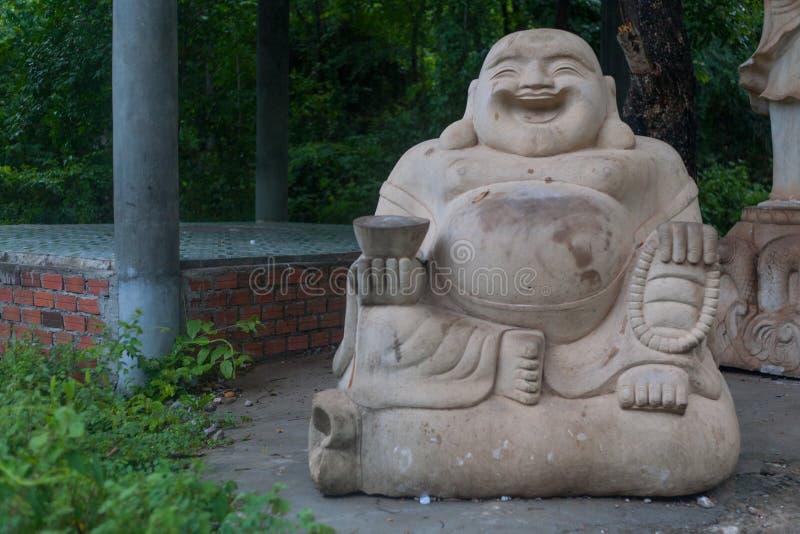 Sorridere statua di marmo e di pietra di Buddha in tempio cambogiano Batta immagine stock libera da diritti