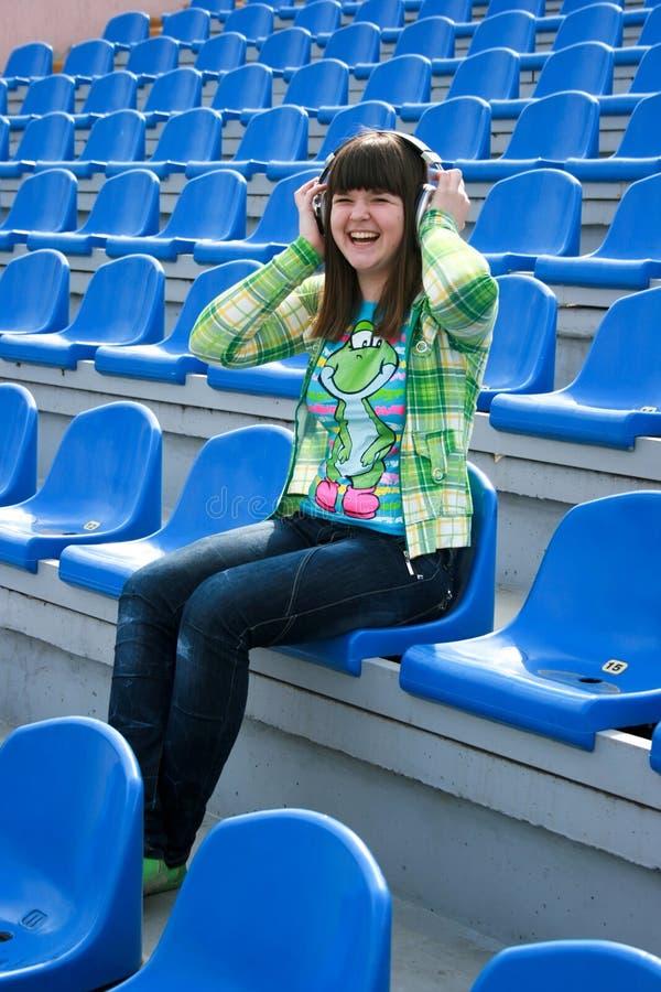 Sorridere teenager con i trasduttori auricolari fotografia stock