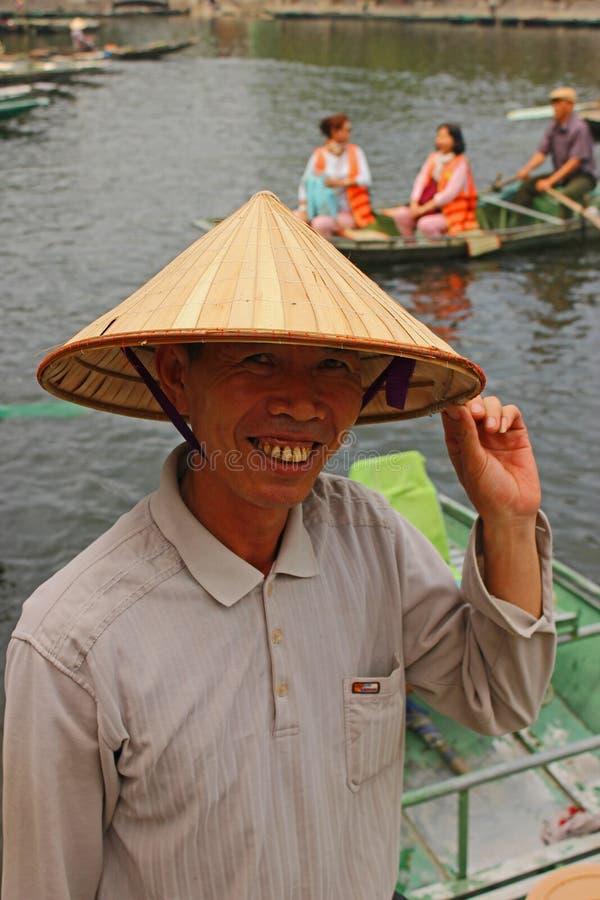 Sorridere vietnamita dell'uomo della barca fotografia stock libera da diritti