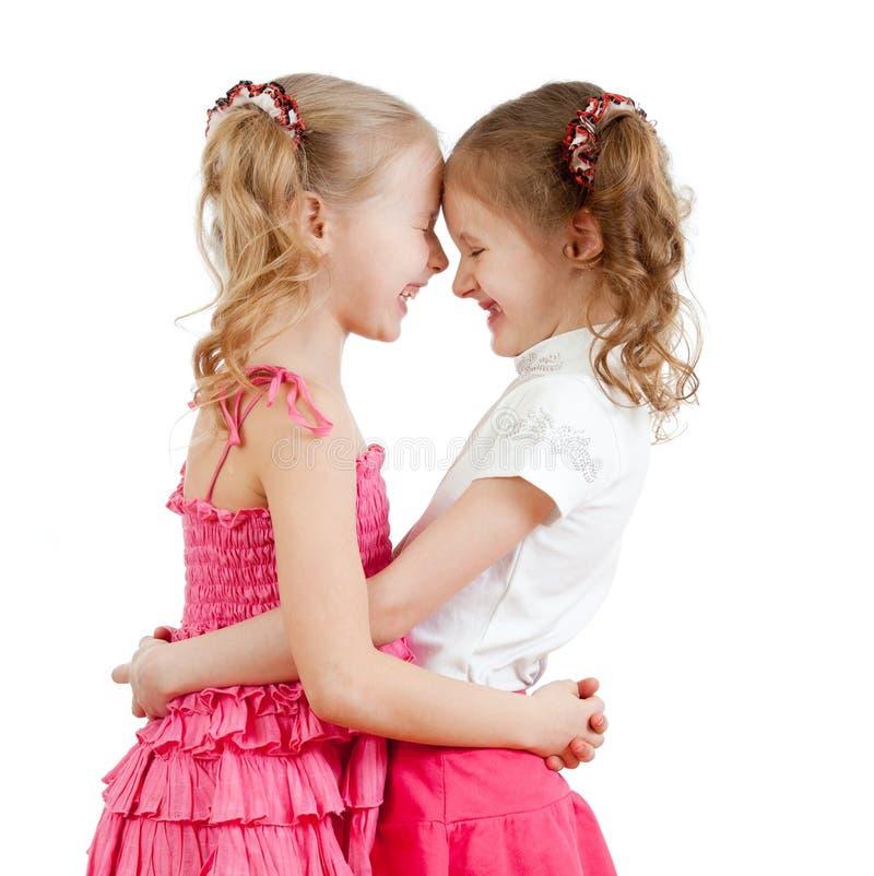 Sorrindo e abraçando meninas bonitos, melhores amigos. foto de stock royalty free