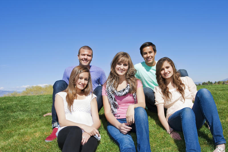 Sorrindo, grupo Multi-racial de adultos novos fotografia de stock