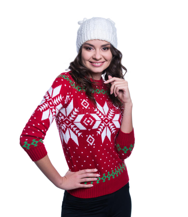 Sorrir jovem mulher consideravelmente 'sexy' que veste a camiseta feita malha colorida com Natal ornament e chapéu Isolado no fun foto de stock