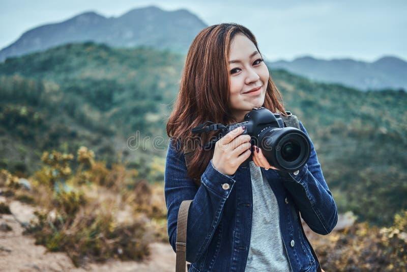 Sorrir mulheres asiáticas está pronto para fazer uma sessão fotográfica imagens de stock