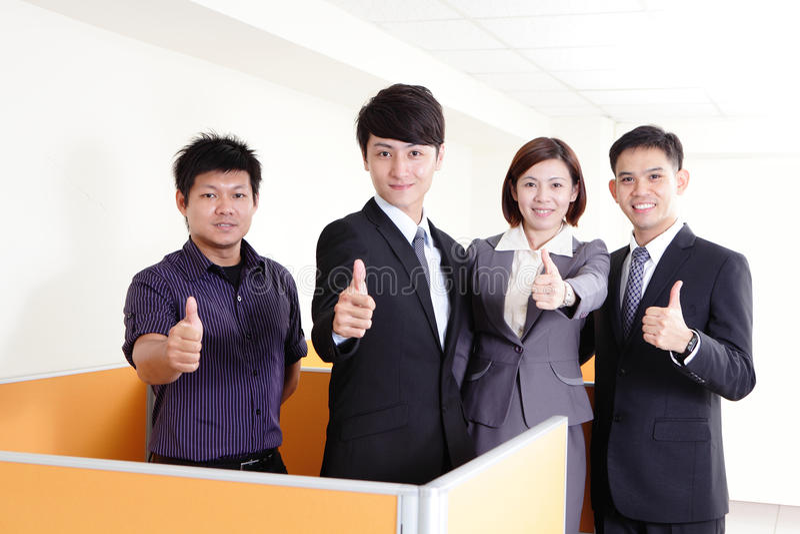 Sorrisi del gruppo di affari e di mostra pollice su immagini stock libere da diritti