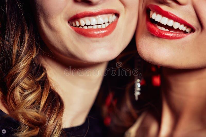 Sorrisi di abbagliamento delle giovani donne immagine stock libera da diritti