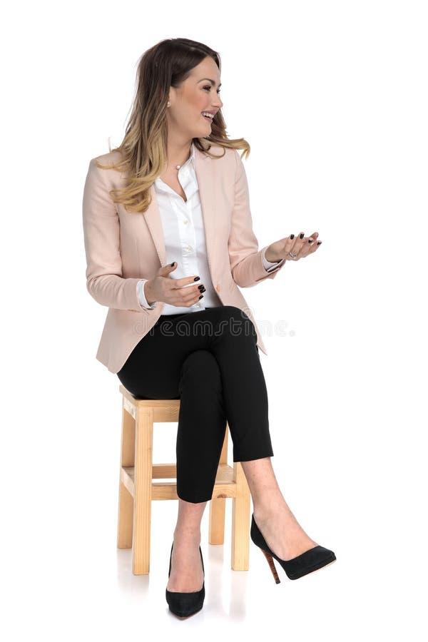 Sorrisi messi e sguardi rosa businesswomanwearing del vestito da parteggiare immagini stock libere da diritti