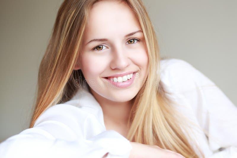 Sorriso adolescente da menina imagem de stock royalty free