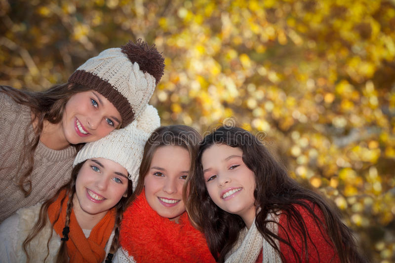 Sorriso adolescente das meninas do grupo do outono fotografia de stock royalty free