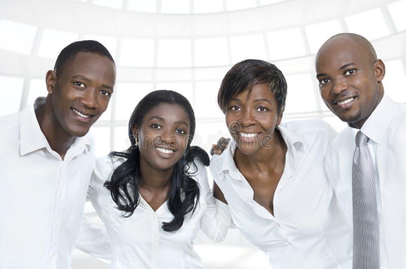 Sorriso africano da equipe/estudantes do negócio foto de stock