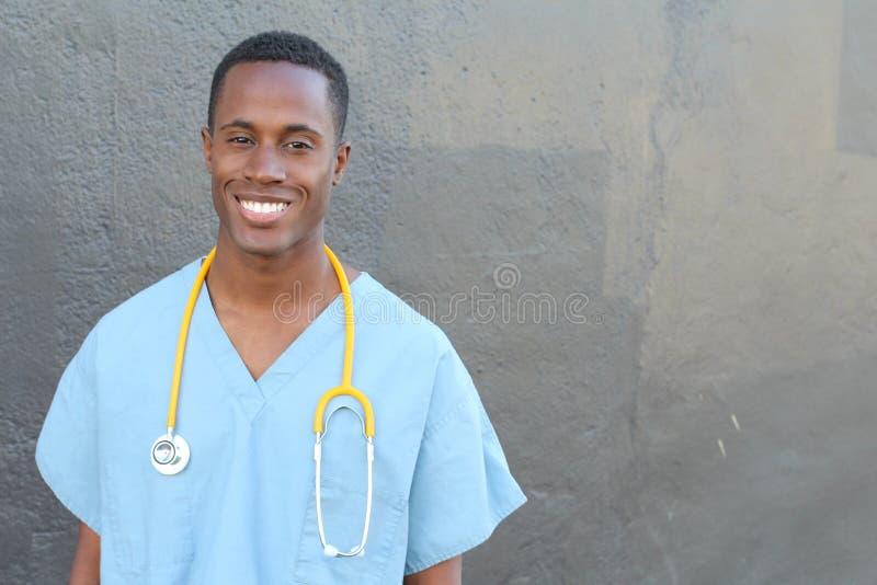 Sorriso africano profissional do doutor isolado no cinza com espaço da cópia fotografia de stock royalty free