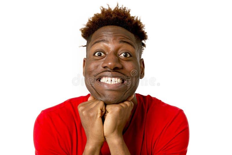 Sorriso afro-americano amigável e feliz novo do homem entusiasmado e levantamento fresco e alegre fotografia de stock