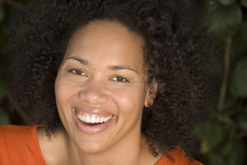 Sorriso afro-americano da mulher segura feliz fotografia de stock royalty free