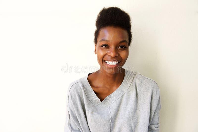 Sorriso afro-americano novo atrativo da mulher imagem de stock
