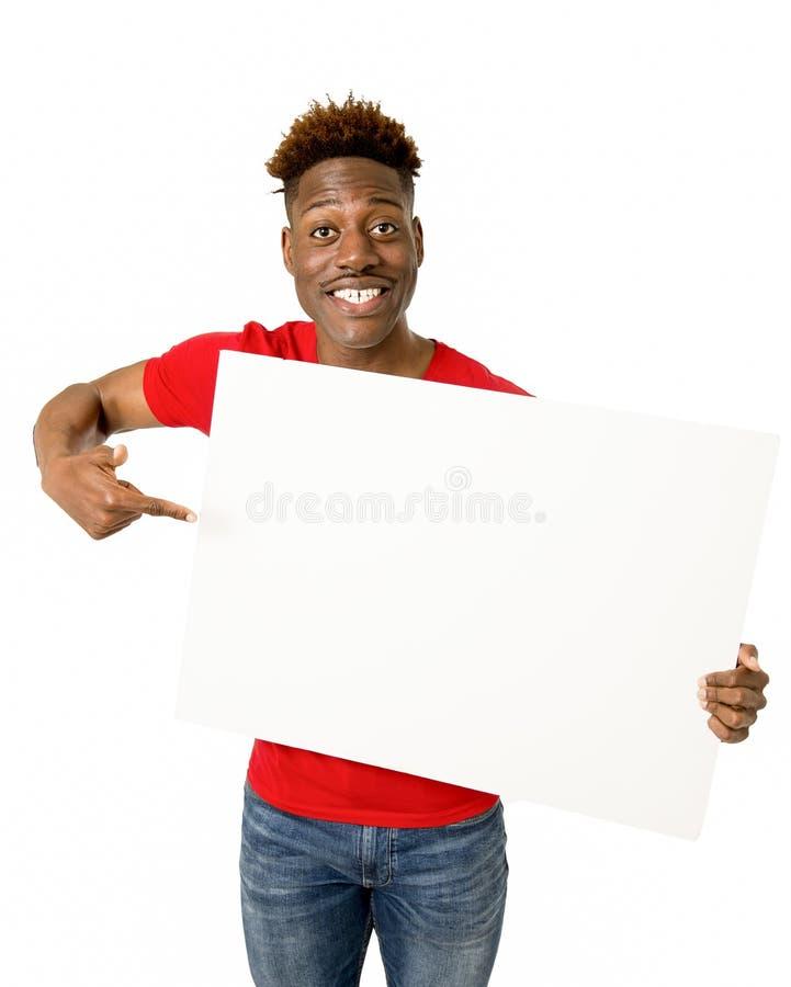 Sorriso afro-americano preto do homem feliz e mostrar um quadro de avisos vazio imagem de stock royalty free