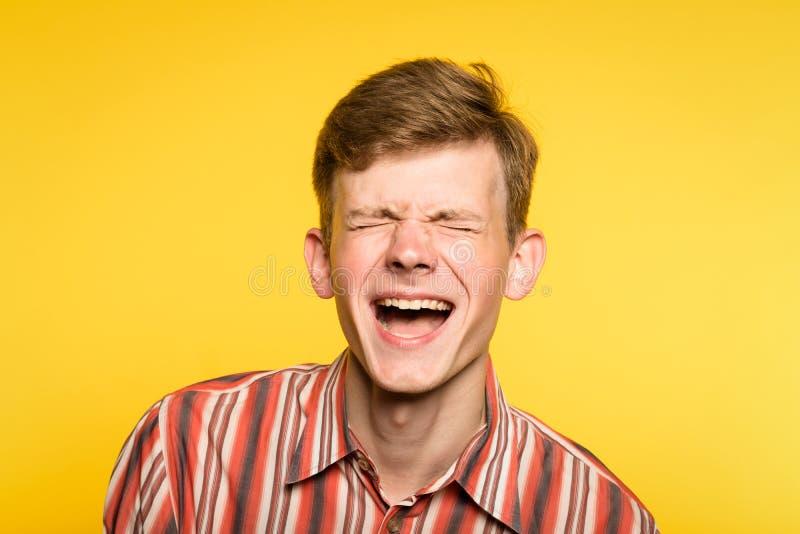Sorriso allegro di umore felice di gioia di risata dell'uomo di lmfao di grassa risata immagine stock libera da diritti