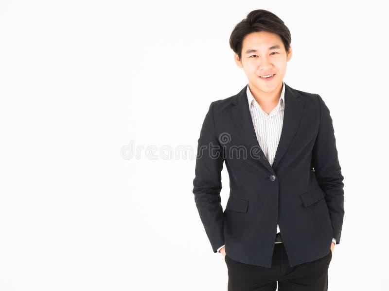 Sorriso amichevole bello asiatico dell'uomo di affari per ognuno fotografie stock libere da diritti