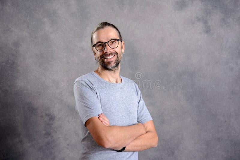 Sorriso amigável do homem novo imagem de stock royalty free