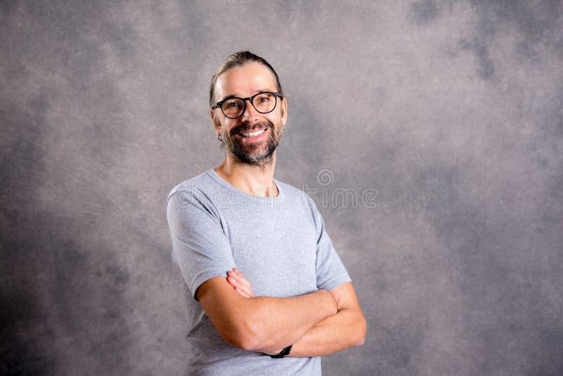 Sorriso amigável do homem novo imagens de stock royalty free