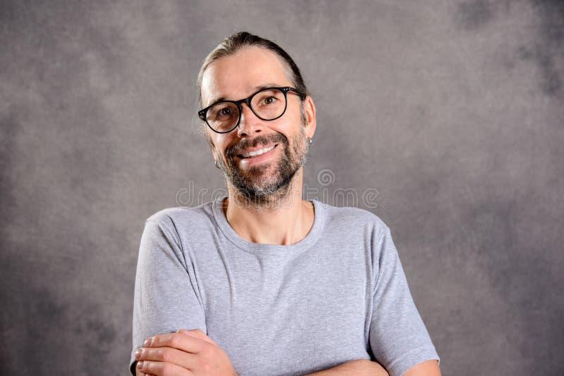 Sorriso amigável do homem novo fotos de stock