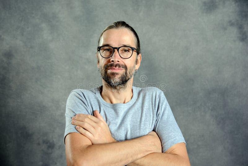 Sorriso amigável do homem novo foto de stock