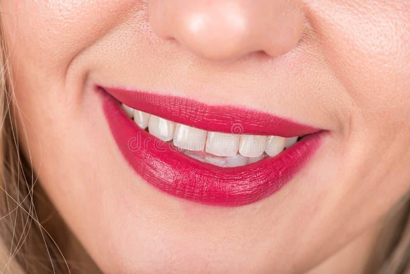 Sorriso aperto della donna e della bocca con le labbra rosse ed i denti bianchi fotografia stock