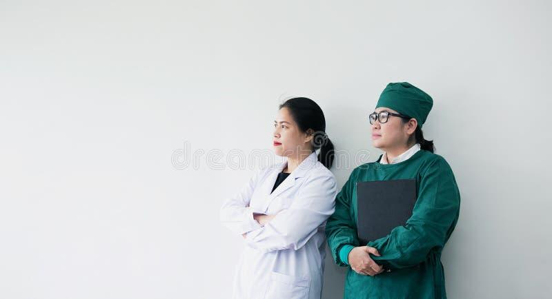 Sorriso asiático de dois trabalhadores médicos Retrato do doutor asiático fotografia de stock