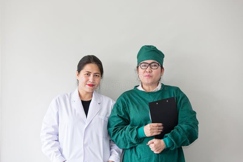 Sorriso asiático de dois trabalhadores médicos Retrato do doutor asiático fotografia de stock royalty free