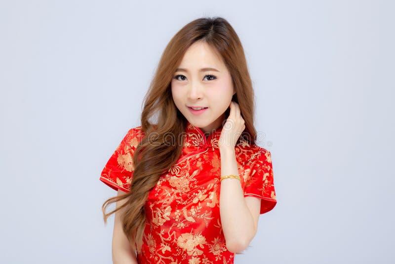 Sorriso asiático novo chinês feliz do cheongsam do desgaste de mulher do ano novo do retrato bonito com as felicitações e o cumpr imagens de stock royalty free
