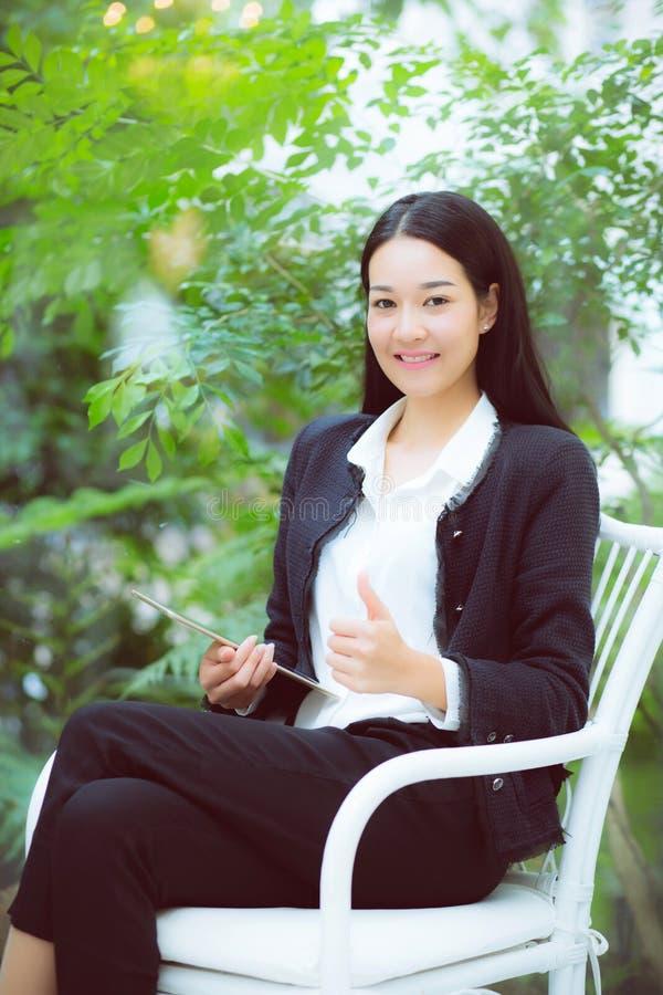 Sorriso asiático novo da mulher do negócio bonito do retrato e si feliz fotos de stock royalty free