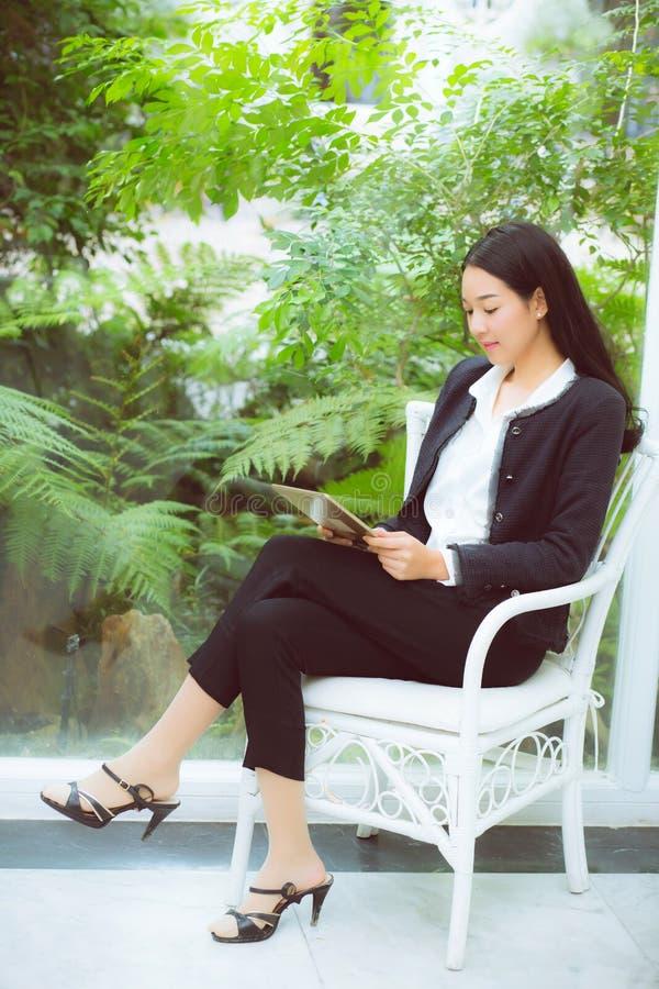 Sorriso asiático novo da mulher do negócio bonito do retrato e si feliz foto de stock