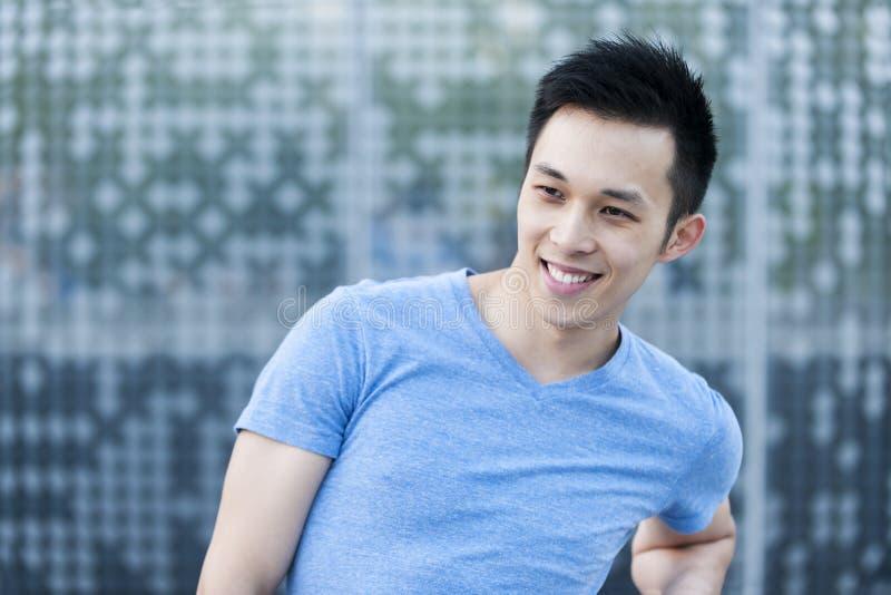 Sorriso asiático novo do homem imagens de stock