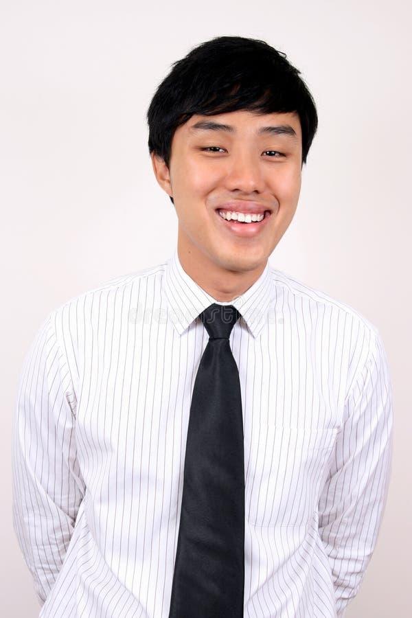 Sorriso asiático novo do homem de negócios. imagem de stock royalty free