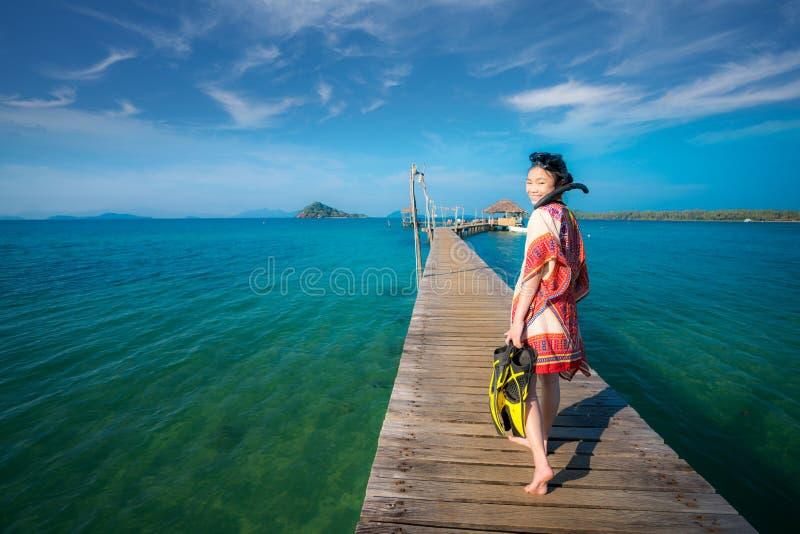 Sorriso asiatico della ragazza con immergersi maschera immagini stock