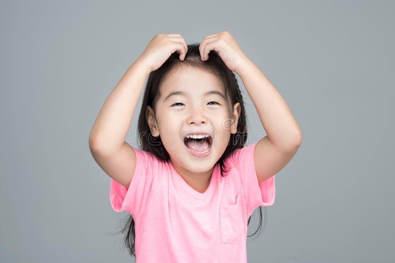 Sorriso asiatico felice della ragazza sul suo fronte immagini stock libere da diritti