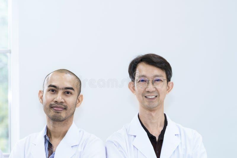 Sorriso bello senior del gruppo e del ricercatore che si incontra circa la ricerca fotografie stock