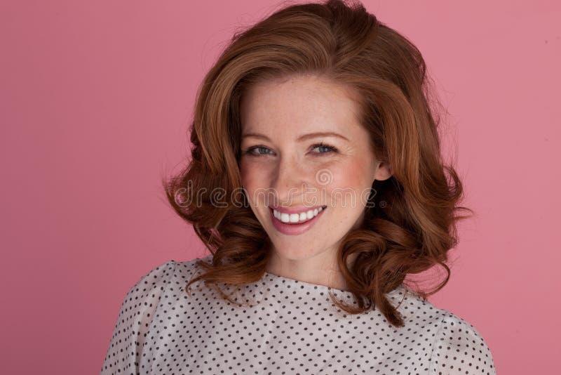 Sorriso bello sulla bella donna fotografia stock