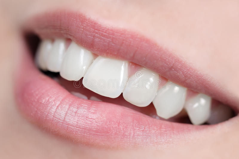 Sorriso bianco, lucido e sano fotografia stock