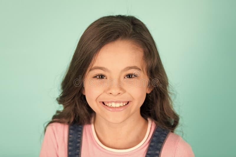 Sorriso bonito Alegres felizes da criança apreciam a infância Cara feliz de sorriso adorável do penteado encaracolado da menina E imagens de stock