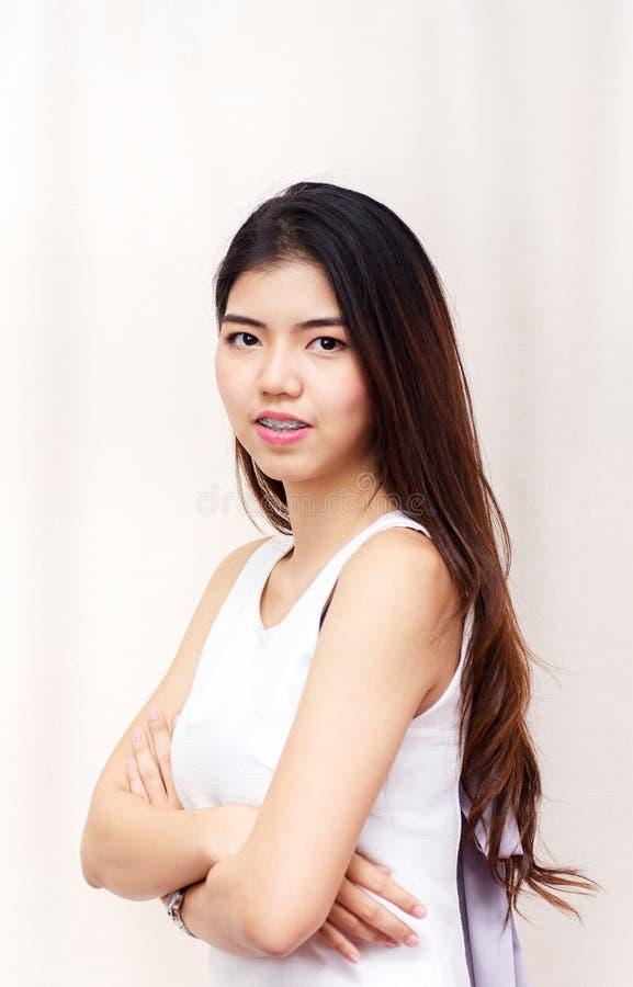 Sorriso bonito asiático novo da mulher do estudante do retrato fotos de stock royalty free