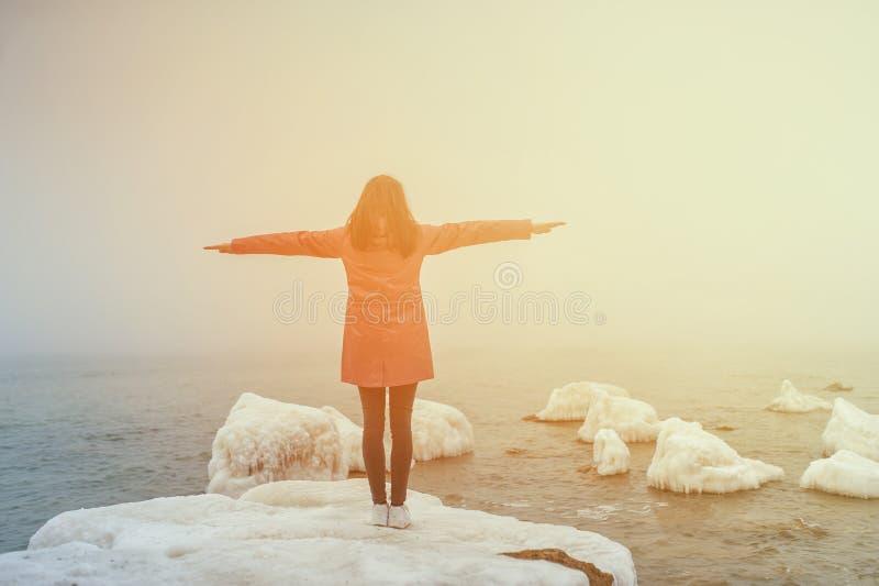 Sorriso bonito com os braços estendido no inverno da praia fotografia de stock royalty free