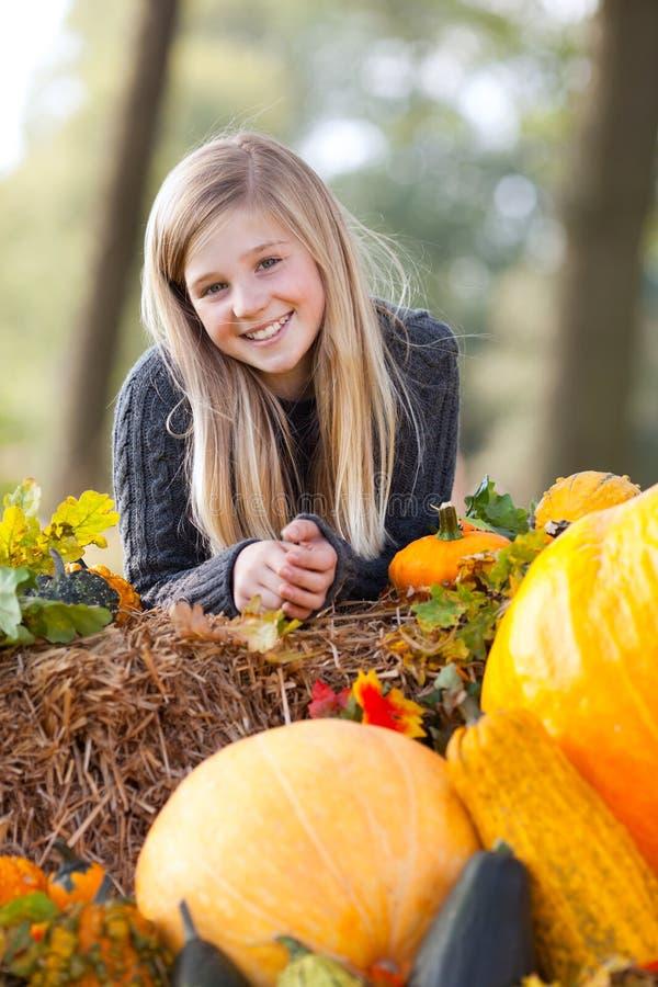 Sorriso bonito da menina do outono foto de stock