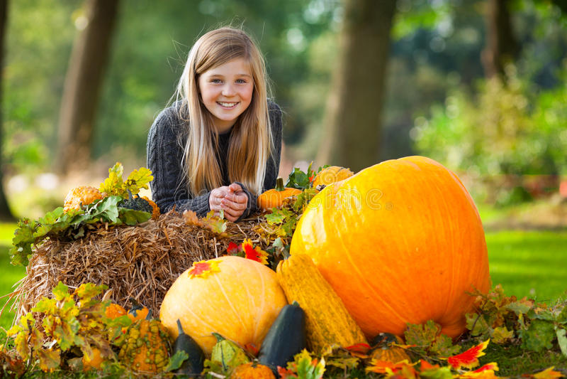 Sorriso bonito da menina do outono imagens de stock