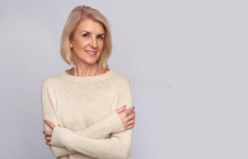 Sorriso bonito da mulher adulta Isolado fotos de stock royalty free