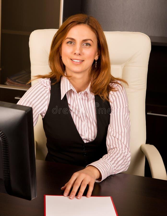 Sorriso bonito da mulher de negócios imagens de stock royalty free