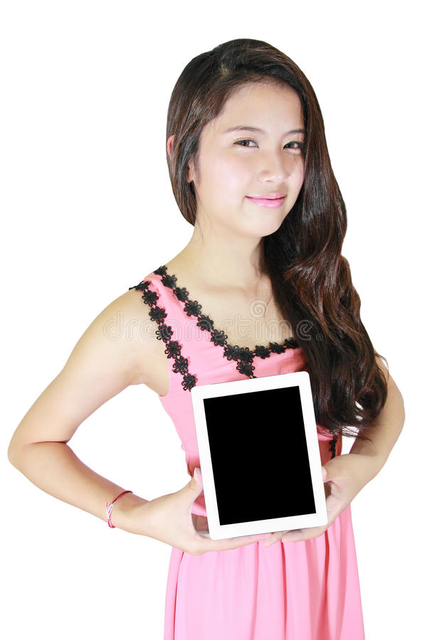 Sorriso bonito da mulher e mostrar o PC da tabuleta imagem de stock royalty free