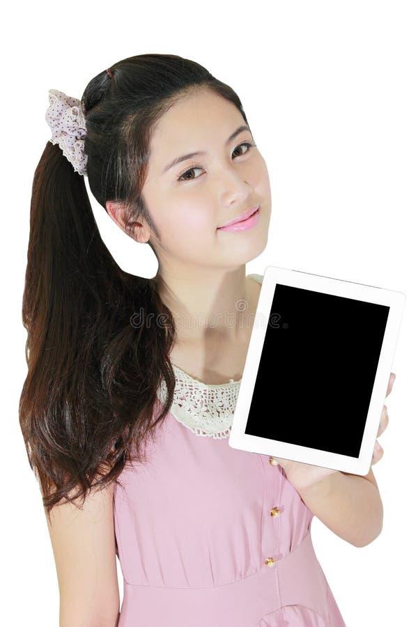 Sorriso bonito da mulher e mostrar o PC da tabuleta imagens de stock