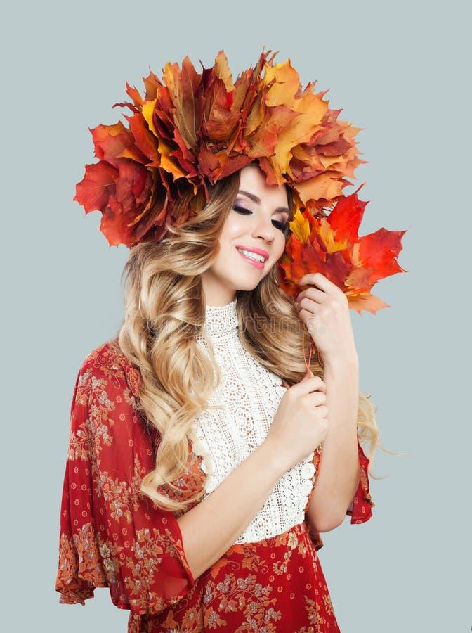 Sorriso bonito da mulher O modelo atrativo com composi??o, cabelo encaracolado, folhas de outono coroa fotos de stock royalty free