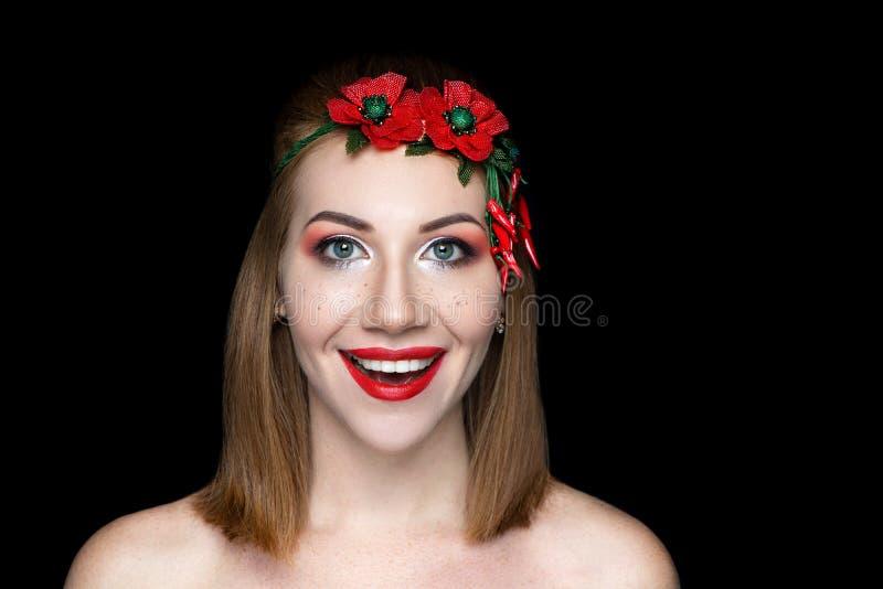 Sorriso bonito da mulher, penteado curto do prumo foto de stock
