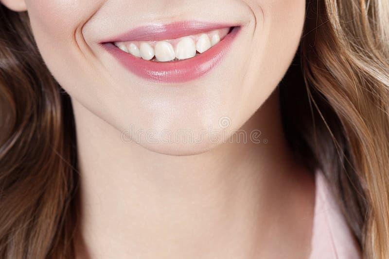 Sorriso bonito do fim bonito novo da menina acima do retrato imagem de stock royalty free